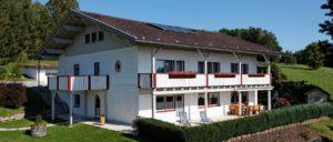 achatz-ferienhaus-14-personen-bayerischer-wald-gruppenurlaub-aussenansicht