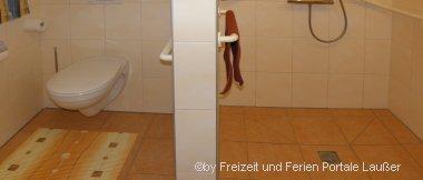 barrierefreie Ferienwohnung in Bayern - Bild von Dusche und WC