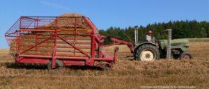 bayerischer-wald-bauernhofurlaub-feldarbeit-traktor-fahren