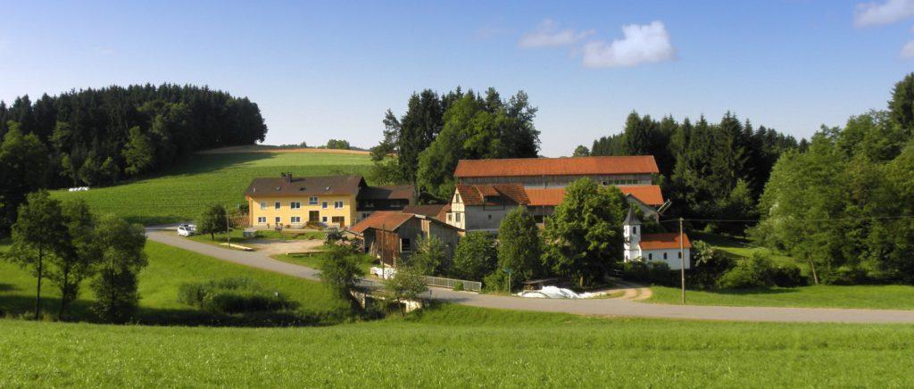fingermuehl-bayerischer-wald-bauernhof-michelsneukirchen-hofansicht