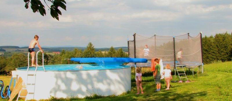 handlhof-kinder-erlebnis-familienbauernhof-bayern-schwimmbad-pool-1300