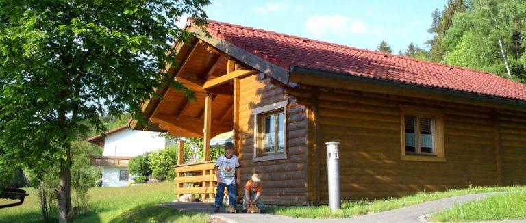 hedwig-stamsried-ferienpark-blockhaus-urlaub-mit-hund-holzhaus-aussen-1600