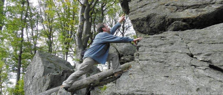 Klettern in Bayern Kraxeln am Felsen Kletterpark im Bayerischen Wald