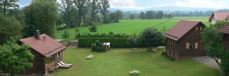 Ferienhaus in Bayern Holzhaus Ansicht mit Garten