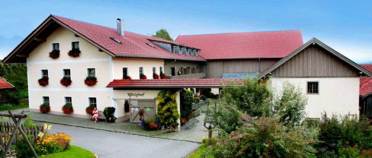 koenigshof-schweinhuett-ferienbauernhof-zwiesel-ferienhaus-ansicht-panorama-1400
