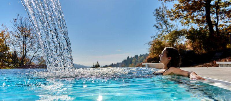 reinerhof-wellnesshotel-niederbayern-familienhotel-infinity-swimming-pool-1300