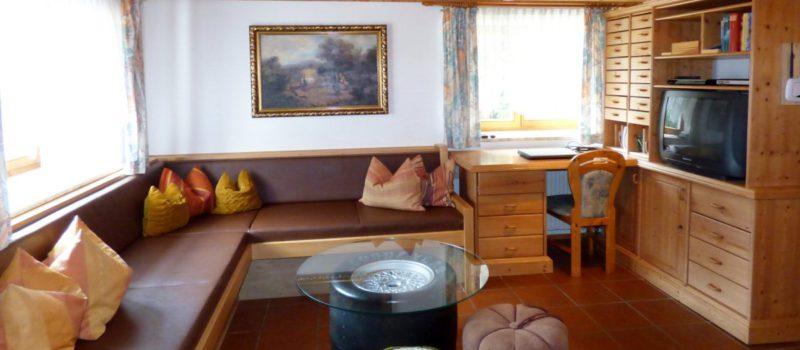 richard-almhuette-bayern-selbstversorgerhaus-deutschland-couch-1200