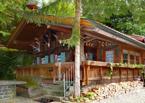 Urige Jägerhütte in der Arberregion mit Tiergehege