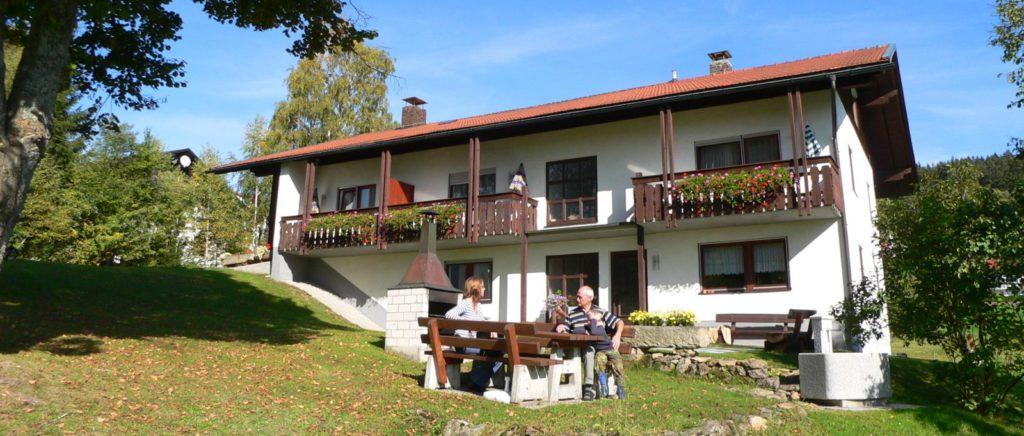 schreder-pension-nationalpark-bayerischer-wald-garten-aussenansicht-1600
