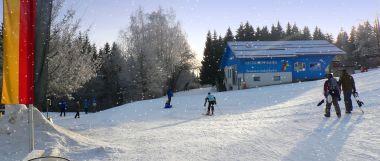 skiurlaub im schnee skifahren winterurlaub