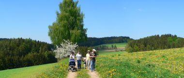 Wanderurlaub in Bayern Familien mit Kinder und Hund wandern im Bayerischen Wald