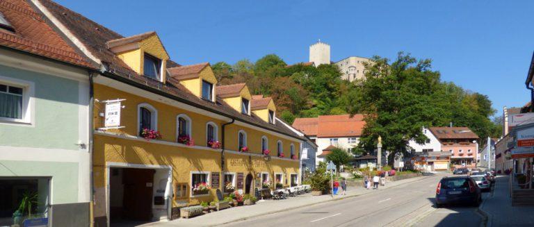 zimmerer-gasthof-zur-post-falkenstein-marktplatz-gasthaus-ansicht-panorama-1600